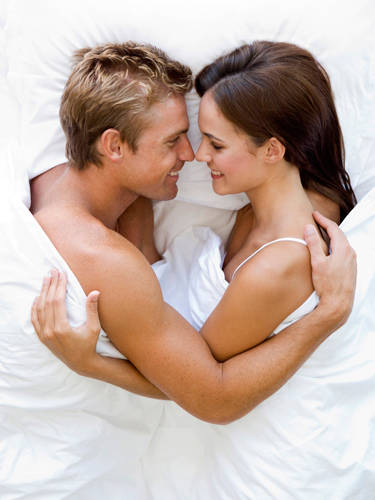 539fc250de7b3_-_cos-02-couple-in-bed-de-9996850-mscn
